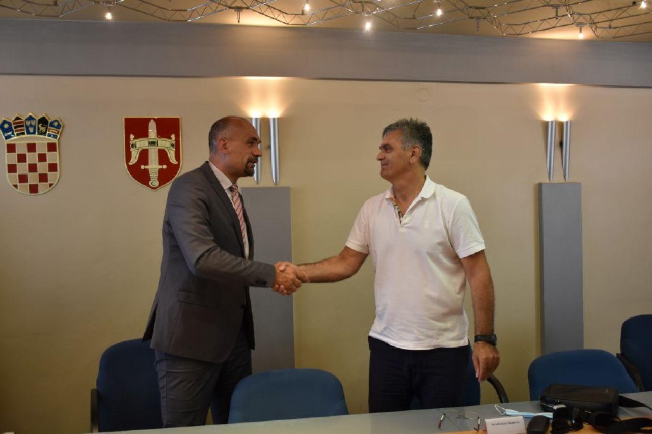 Potpisan ugovor s izvođačem radova na sustavu javnog navodnjavanja  Donjeg polja u Jadrtovcu